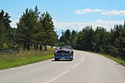 se-gotland-classic-car-on-road